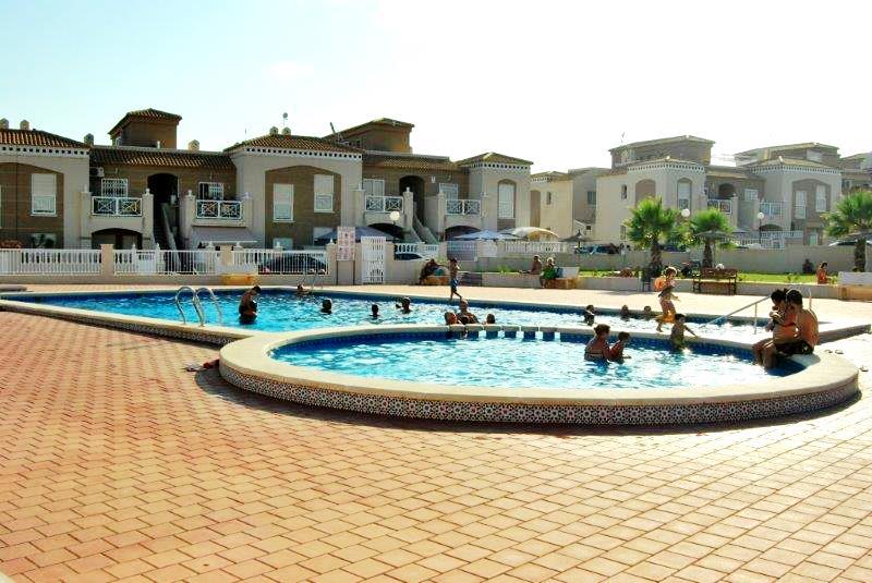SPANIEN COSTA BLANCA Torrevieja-Agua Nuevas, Erdgeschoss Bungalow in Corner mit großem Grundstück, 2 Schlafzimmer, Grill, Gemeinschaftspool